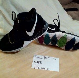 Boys/youth size 6. Nike basketball shoes